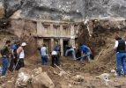 Antalya'da 2 bin 400 yıllık kaya mezarı ortaya çıkarıldı