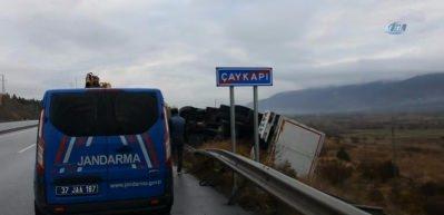 Kastamonu'da makas kesen kamyon, bariyerlere çarparak devrildi