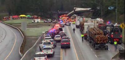 ABD'de korkunç kaza: Hızlı tren otoyola uçtu