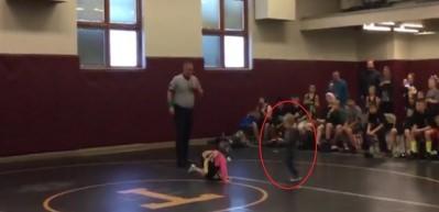 Ablasını dövüyorlar zannedip ringe atladı!