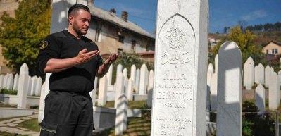 Aliya'nın mezarında yıllardır nöbet tutuyor