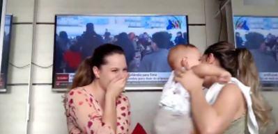 Annesinin ikizini gören bebeğin zor anları