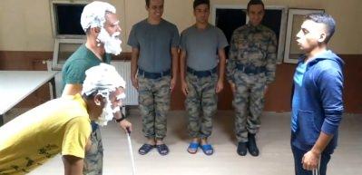 Askerlerden kahkahaya boğan skeç