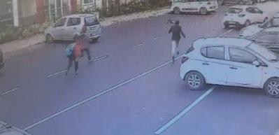 Babasının gözleri önünde minik çocuğa araba çarptı