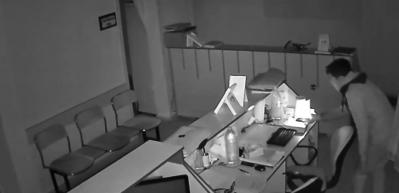 Çakmakla hırsızlık anbean kamerada!