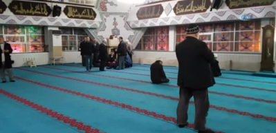 Camide namaz kılan Iraklı fenalaşıp yere yığıldı