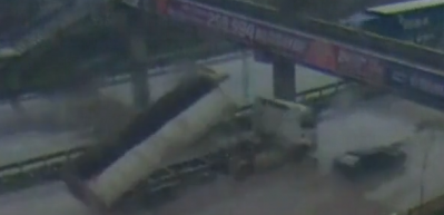 Damperi açılan kamyon üst geçide böyle çarptı
