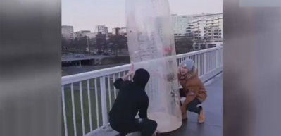 Dev şişeye takla attırdılar