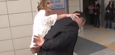 Düğünde şok! Damada ters kelepçe taktı