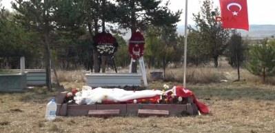 Düğünden 8 gün sonra şehit olan eşinin mezarına...