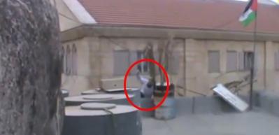 Filistin bayrağını indirmek isteyen Yahudi'nin yaptığına bakın