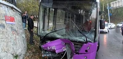 Freni boşalan özel halk otobüsü bariyerlere çarparak durabildi
