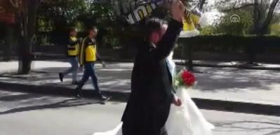 Gelini düğüne değil maça götürdü!