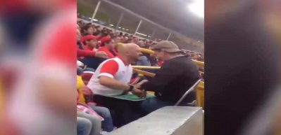 Gözleri görmeyen oğluna maçı resmen yaşattı!