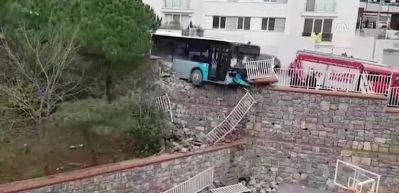 Halk otobüsü okulun istinat duvarını yıktı