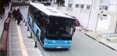 Halk otobüsünün okul duvarına çarptığı an kamerada