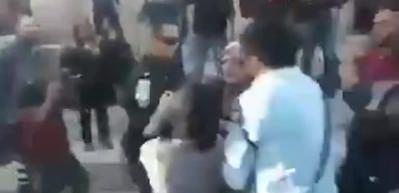 İsrail polisi yaşlı kadını böyle dövdü!