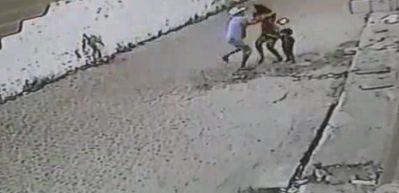 Küçük çocuğunun yanında kadına saldırdı