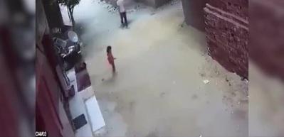 Küçük kızı kaçırmaya çalışan adama mahalleliden linç!