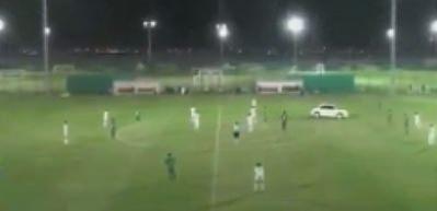 Maç sırasında sahaya dalan otomobil
