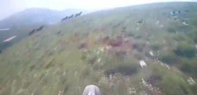 Motoruyla yılkı atlarıyla yarıştı