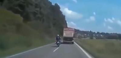 Motosikletin rüzgarıyla devrilen kamyon!