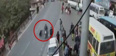 Motosikletli kadına böyle çarptı