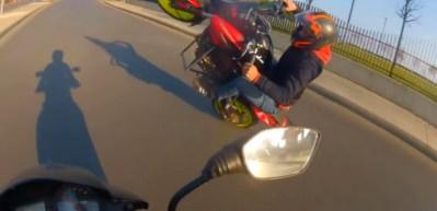 Ön kaldırmaya çalışan motosikletli canından oluyordu!
