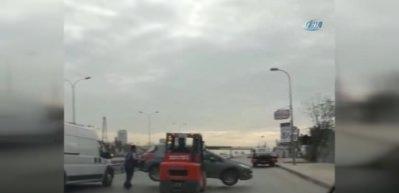 Otomobilin forkliftle taşınması kamerada