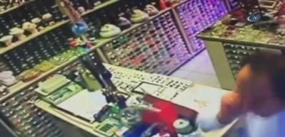 Pişkin hırsız, müşteri gibi girip telefon çaldı!