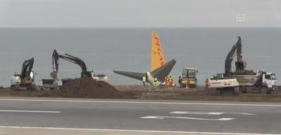 Pistten çıkan uçağı kaldıracak vinçler Trabzon Havalimanı'na geldi