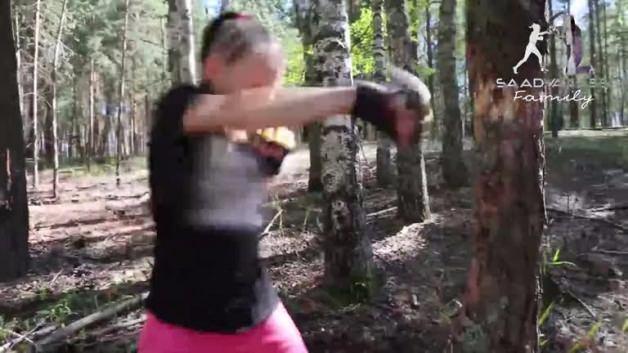 10 yaşındaki kız ağaçları yumruklarıyla parçalıyor