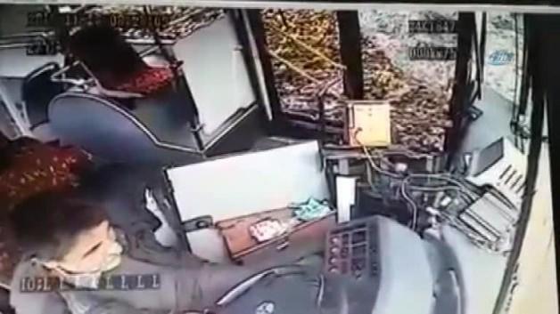 Freni boşalan halk otobüsünün kaza anı kamerada!