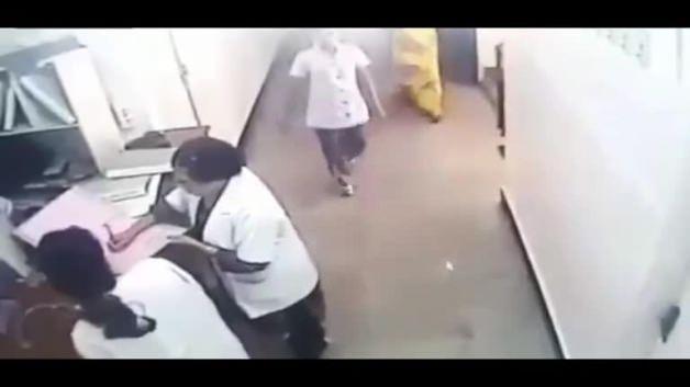 Kalp krizi geçiren doktorun ölüm anı kamerada!