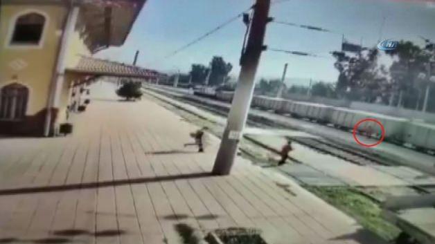 Küçük çocuk trenin altında kaldı!