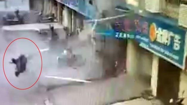 Patlamada dükkandan dışarı uçtu!