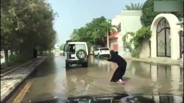 Suudi Arabistan'da kadının yaptığına bak!