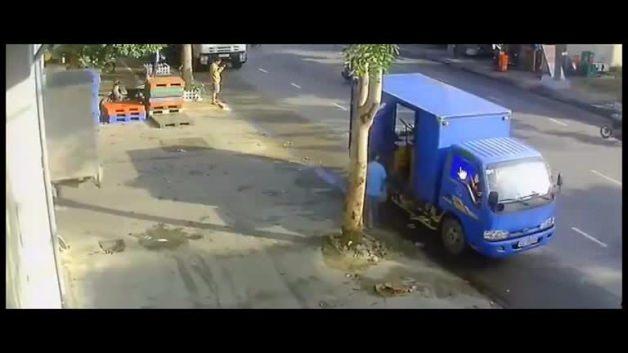 Talihsiz kamyon şoförü böyle ezildi!