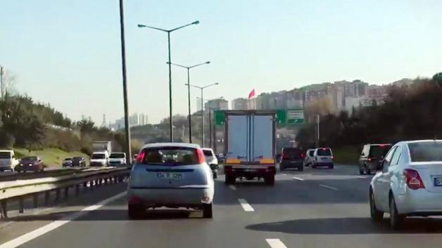 Trafikte makas atarak ilerleyen kamyonet sürücüsü