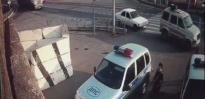 Polislere önce çarptı, sonra bıçakla saldırdı