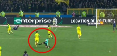 PSG - Nantes maçında şok: Hakemden futbolcuya tekme!