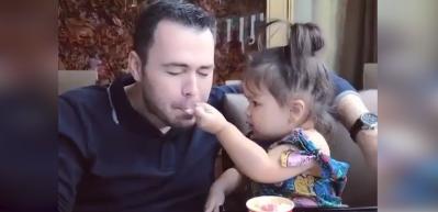 Rolleri değiştiren baba-kızın yemek keyfi