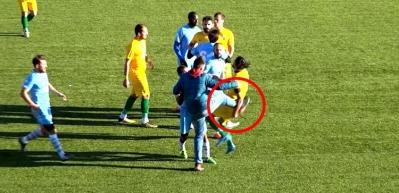 Saha görevlisi futbolcuyu tekmeyle yere indirdi!