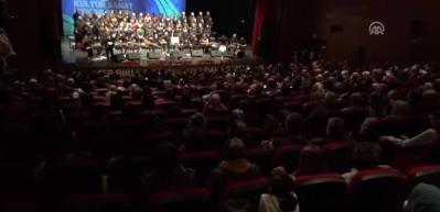 Sahnede flüt çalan genç kıza sürpriz evlilik teklifi