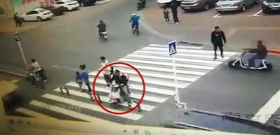 Şansız motosikletli neye uğradığını şaşırdı