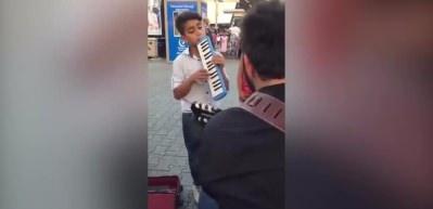 Sokak sanatçısına eşlik eden çocuğun içinizi ısıtacak performansı