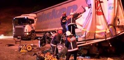 TEM otoyolunda 2 kamyon ile 1 tır bir birine girdi: 1 ölü, 2 yaralı