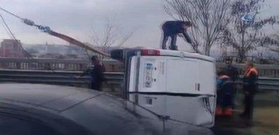 TEM Otoyolu'nda minibüs devrildi!