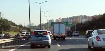 Trafikte makas atarak ilerleyen kamyonet sürücüsü kamerada