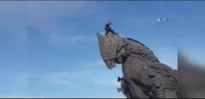 Truva Atı'na tırmanan adamın korkunç ölüm anı!